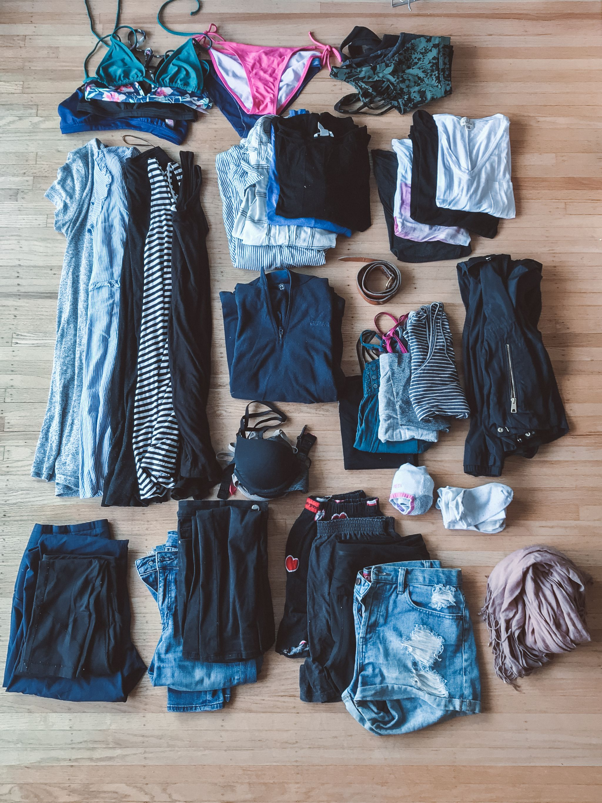 jana meerman packing flatlay clothes