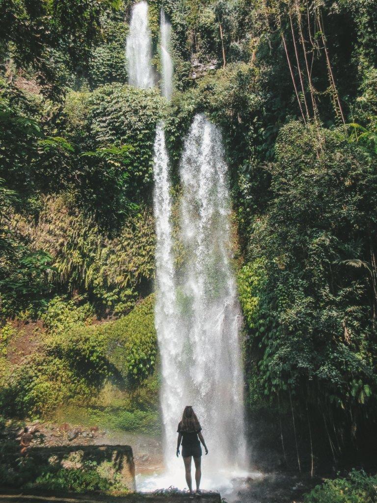 jana meerman sedang gile waterfall lombok